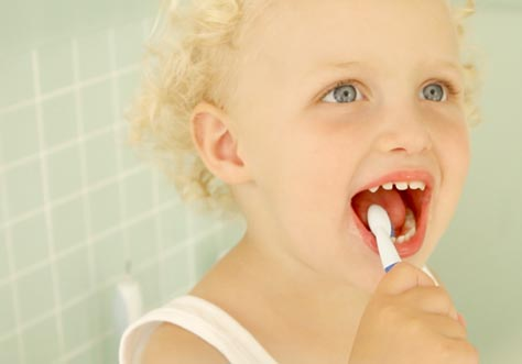 [Translate to Français:] kid cleaning teeth